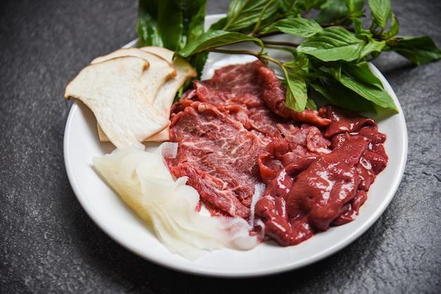 Satz fleischrindfleischscheibenleber- und -pilzgemüse für gekochte oder japanische nahrungsmittel sukiyaki shabu shabu asiatische küche - frisches rindfleisch roh Premium Fotos