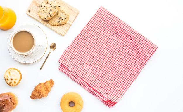Satz frühstücksnahrung oder backkuchen auf tisch mit kopierraumhintergrund Premium Fotos