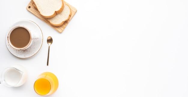 Satz frühstücksnahrung oder bäckerei auf weißem tischhintergrund Premium Fotos