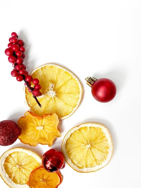 Satz getrocknete scheiben und eine halbe scheibe orange und zitrone, lokalisiert auf weiß mit weihnachtsdekoration. Premium Fotos