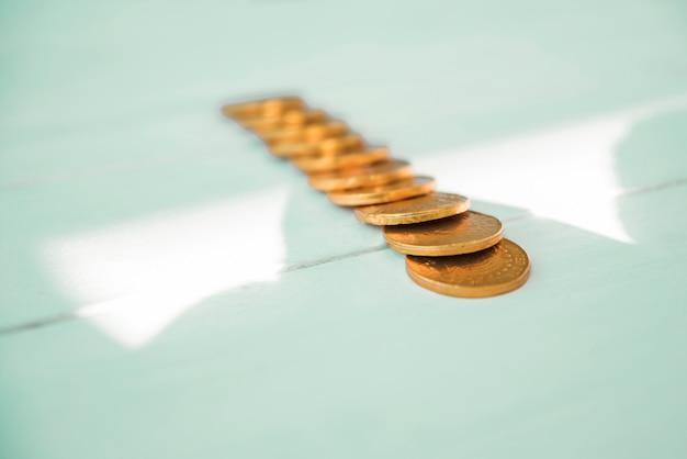 Satz goldene münzen an bord und sonnenschein Kostenlose Fotos