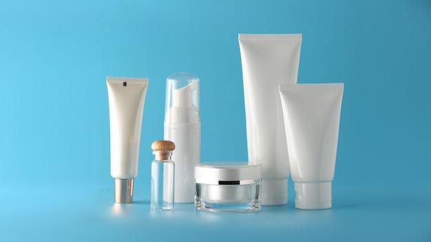 Satz kosmetische produkte auf einem farbhintergrund. Premium Fotos