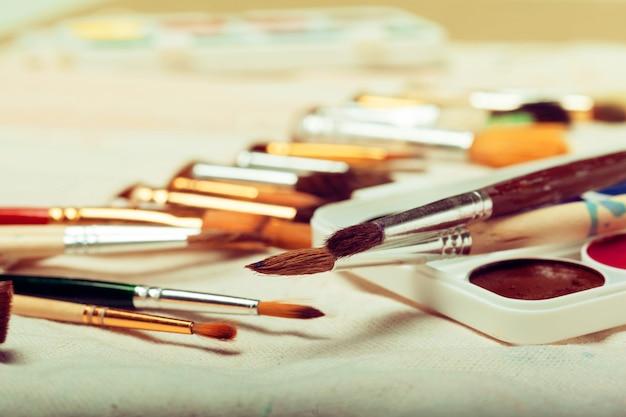 Satz kunstpinsel mit aquarellen nah oben Premium Fotos