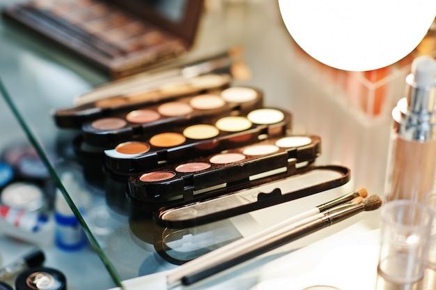 Satz make-upbürsten am schönheitssalon. Premium Fotos