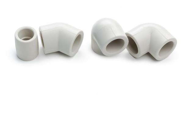 Satz metallplastikklempnerarbeitkupplungen, adapter, stecker lokalisiert auf weiß Premium Fotos
