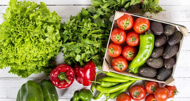 Satz rohe gemüsesalate paprika avocados und tomaten Premium Fotos
