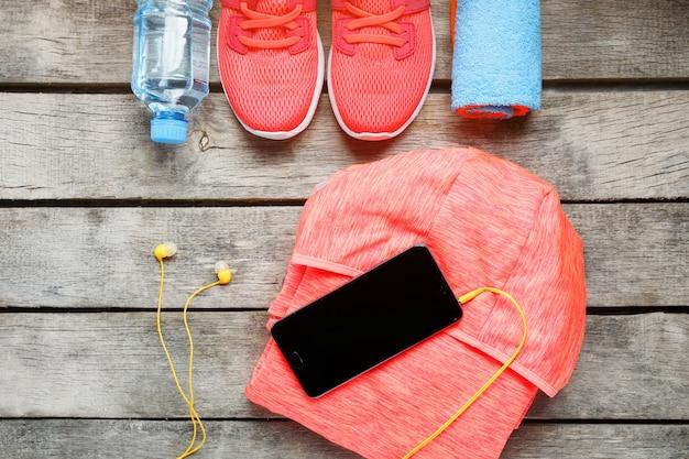 Satz sportzubehör für eignung mit übungsgeräten auf grauem hölzernem. Premium Fotos