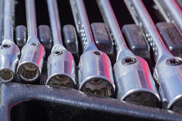 Satz steckschlüssel in einem fall, abschluss oben von arbeitskraftwerkzeugen Premium Fotos