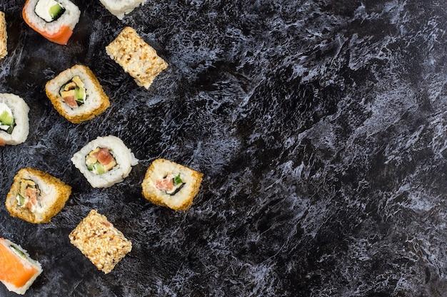 Satz sushi und maki auf steintabelle. Premium Fotos