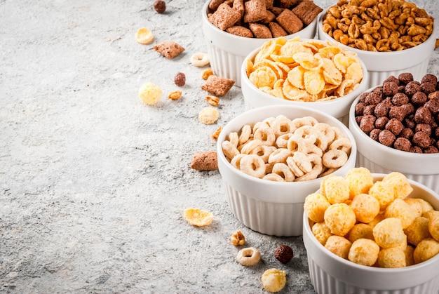 Satz verschiedene frühstückskost aus getreide corn flakes, hauche, knalle Premium Fotos