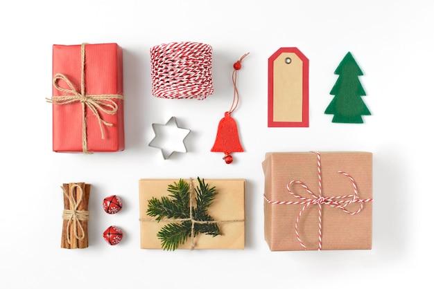 Satz verschiedene weihnachtsdetailgeschenke, tannenzweige, spielzeug auf weißem hintergrund Premium Fotos