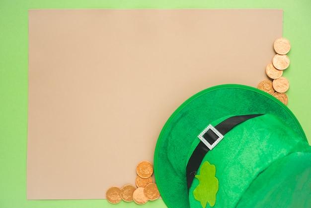 Satz von papier in der nähe von münzen und st. patricks hut Kostenlose Fotos