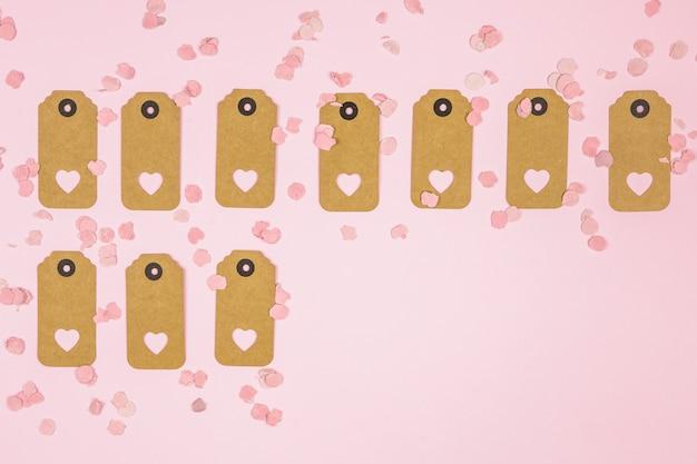 Satz von tags mit dekorativen herzen zwischen konfetti Kostenlose Fotos