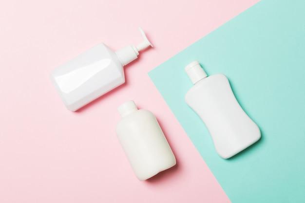 Satz weiße kosmetische behälter lokalisiert Premium Fotos