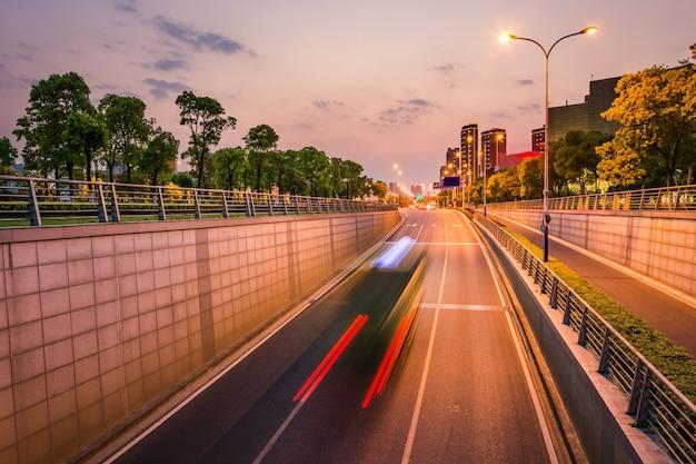 Saubere straße der stadt, schneller stadtverkehr. Kostenlose Fotos