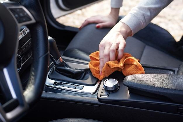 Sauberer autoinnenraum der frau mit microfiber Premium Fotos