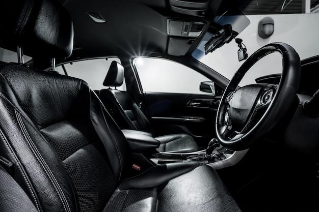 Sauberes modernes auto der konsole, schwarzes innendesign. Premium Fotos