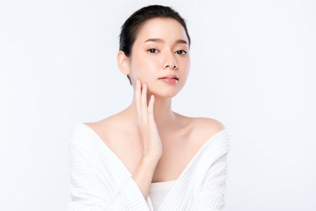 Sauberes neues konzept der schönen jungen asiatischen frau des porträts bloßen haut. asiatische mädchenschönheitsgesichts-hautpflege und gesundheitswellness, gesichtsbehandlung, perfekte haut, natürlich bilden, zwei Premium Fotos