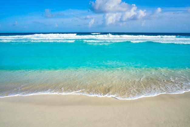Sauberes wasser des karibischen türkisstrandes Premium Fotos