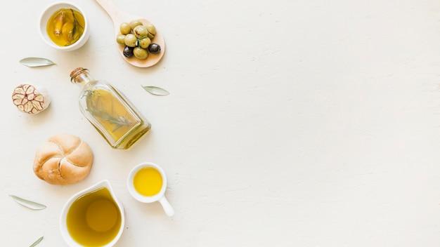 Sauceboats-flasche mit öloliven und bäckerei Kostenlose Fotos