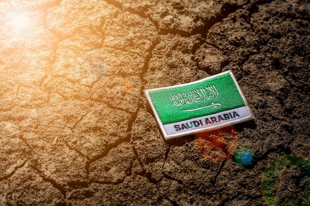 Saudi-arabien flagge auf verlassenem rissigem boden. Premium Fotos
