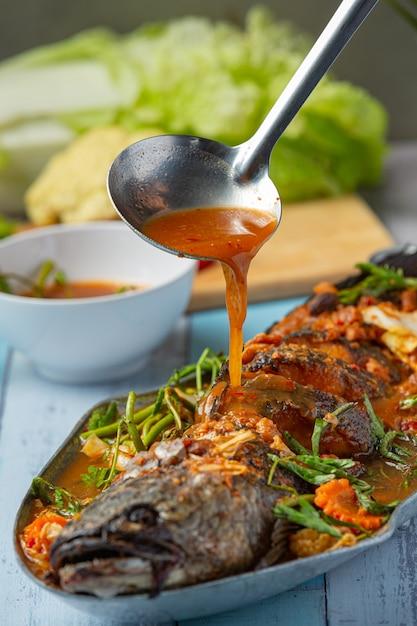 Saures curry mit schlangenkopffisch, scharfem garten-hot pot, thailändischem essen. Kostenlose Fotos