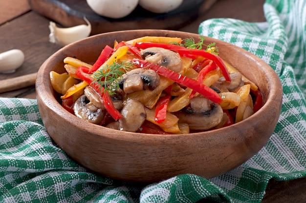 Sautierte champignons mit kürbis und paprika Kostenlose Fotos