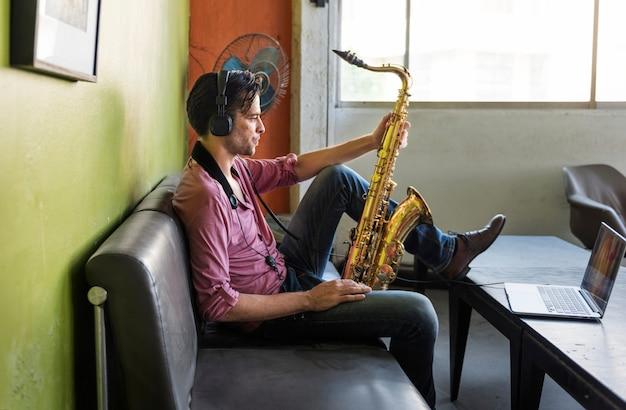Saxophon-sinfonie-musiker jazz instrument concept Premium Fotos