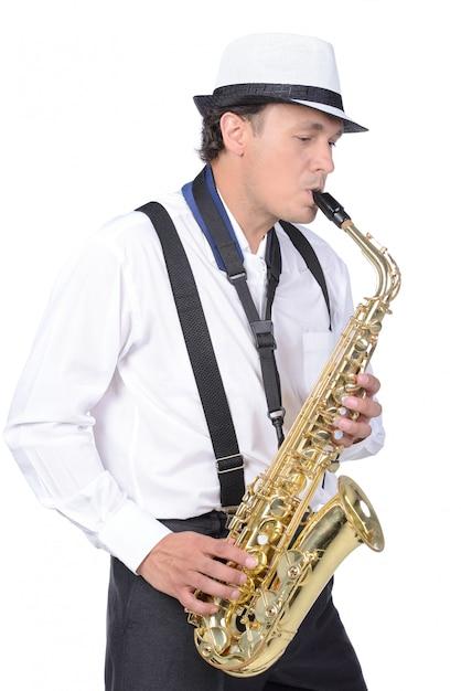 Saxophonist im weißen hemd und in der weißen kappe. Premium Fotos