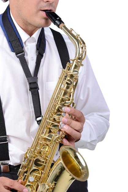 Saxophonlächeln und -spieler im weißen hemd. Premium Fotos