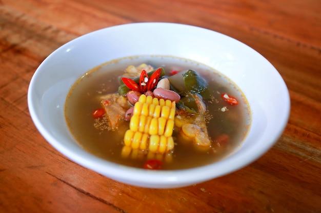 Sayur asem, beliebte indonesische tamarind suppe mit mais, red bean chilli und jack frucht Premium Fotos
