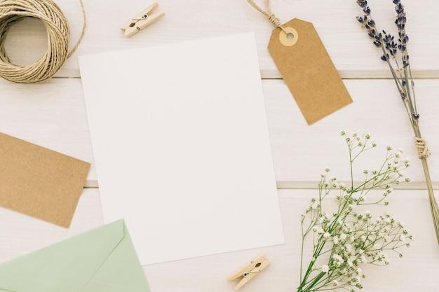 Schablone umgeben von Hochzeitselemente | Download der kostenlosen Fotos