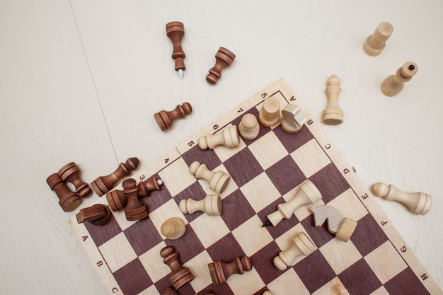 Schach auf dem tisch Premium Fotos