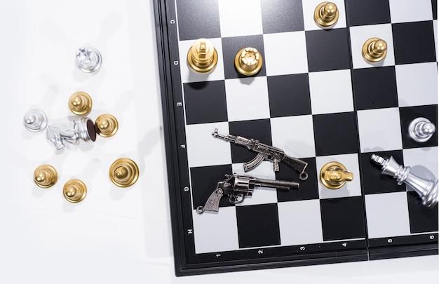 Schachbrett auf weißen, goldenen und silbernen zahlen Premium Fotos