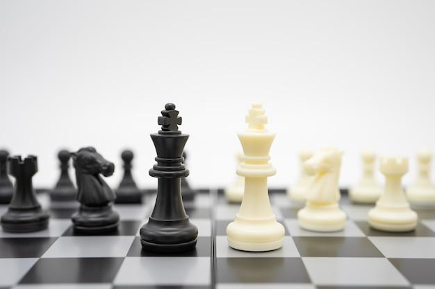 Schachbrett mit einer schachfigur Premium Fotos