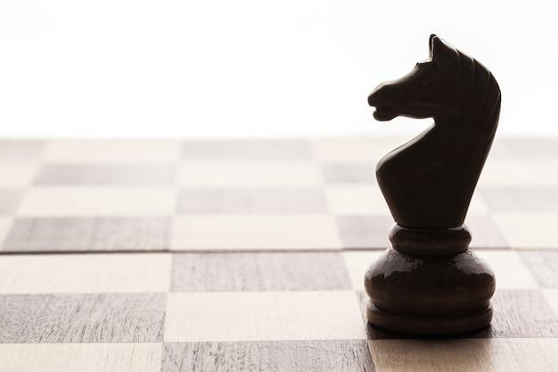 Schachbrett mit figuren Premium Fotos