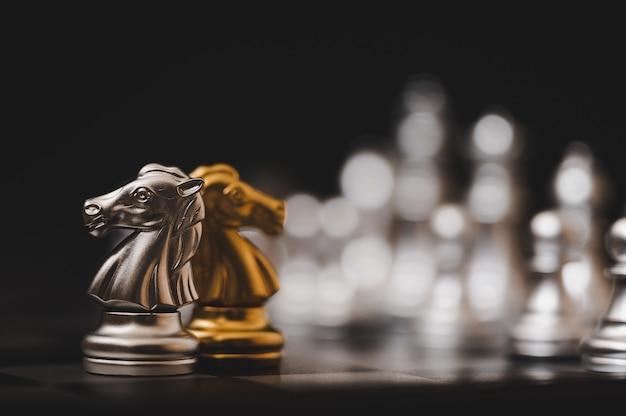 Schachbrettspiel gold und silber farbe Premium Fotos