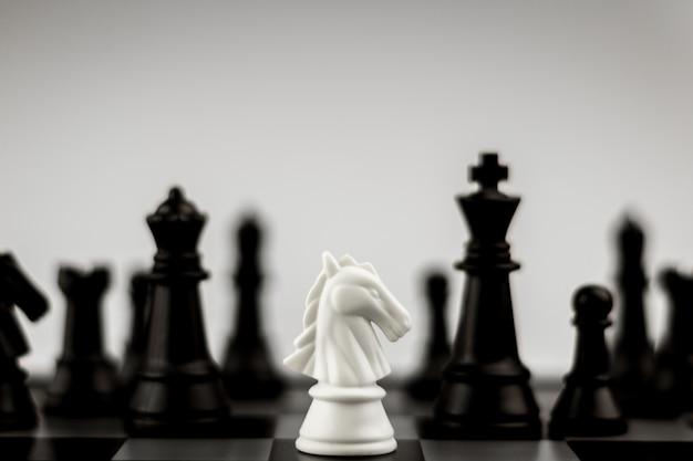 Schachfiguren des weißen pferdes an bord Premium Fotos