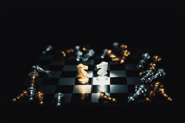 Schachfigurenritter, die sich für ein patt auf schachbrett gegenüberstellen. Premium Fotos