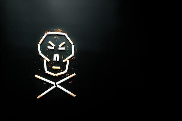 Schädel von zigaretten. das konzept des rauchens tötet. gegen das konzept des rauchens als tödliche gewohnheit, nikotingifte, krebs durch rauchen, krankheit, mit dem rauchen aufzuhören. Premium Fotos