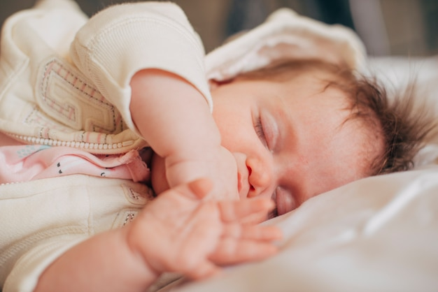 Schätzchen, das friedlich auf bett schläft Kostenlose Fotos
