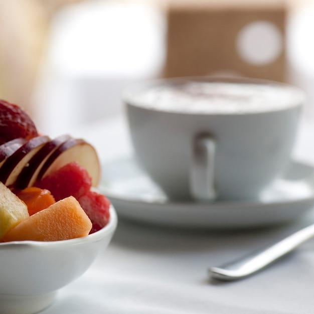 Schale der frischen frucht und des cappuccinos auf einem gedeck in costa rica Premium Fotos