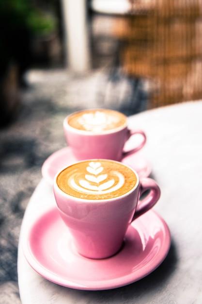 Schale heißer lattekaffee auf marmortabellenhintergrund Premium Fotos