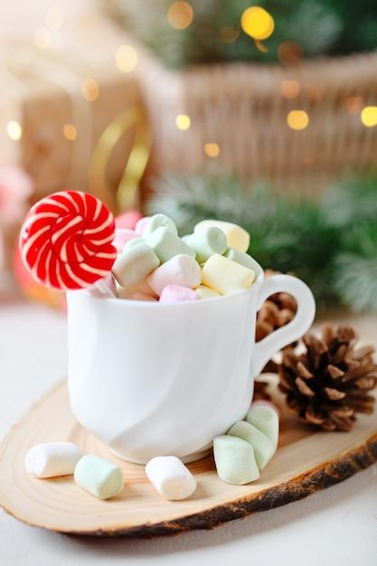 Schale kakao und eibische auf einem hellen hintergrund Premium Fotos