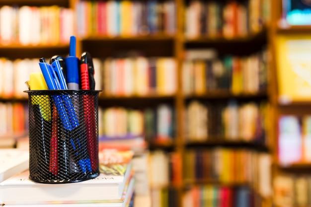 Schale mit briefpapier in der bibliothek Kostenlose Fotos