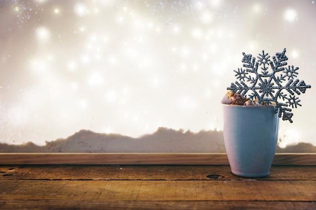 Schale mit spielzeugschneeflocke auf hölzerner tabelle nahe bank des schnees und der feenhaften lichter Kostenlose Fotos