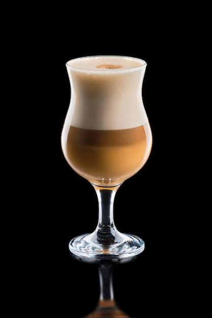 Schale überlagerter karamell macchiato kaffee lokalisiert Premium Fotos