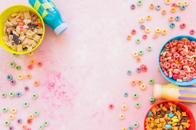 Schalen mit getreide mit zerstreuten cornflakes Kostenlose Fotos