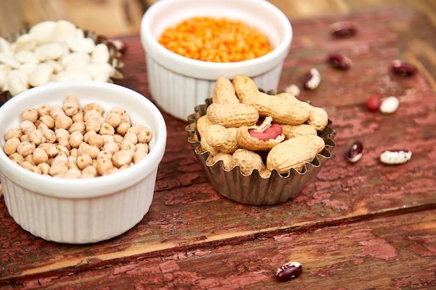 Schalen mit verschiedenen sammlungen von bohnen und hülsenfrüchten. Premium Fotos