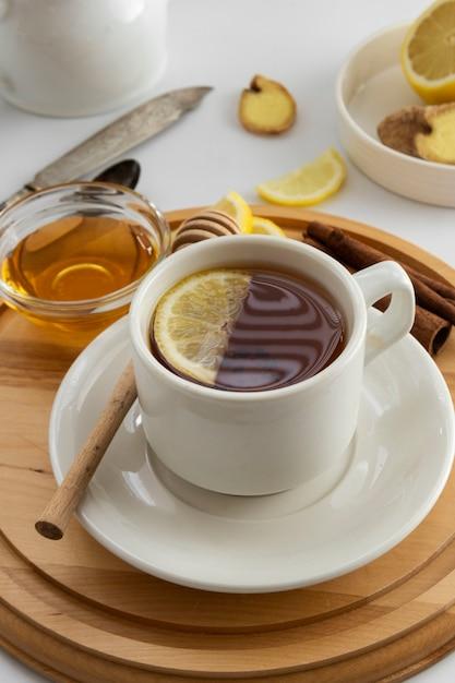 Schalentee mit lemonnd honig auf weiß. Premium Fotos